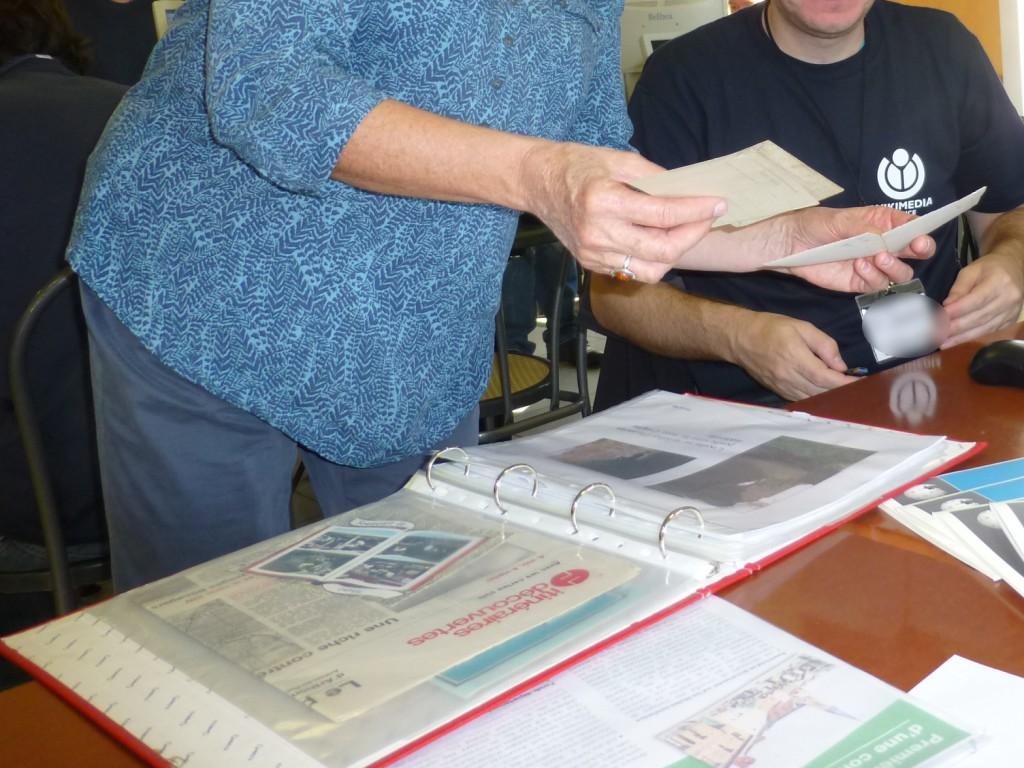 Une collection de cartes postales, commentées une à une, puis numérisées une à une.