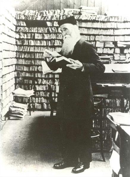 James Murray dans son scriptorium, alimenté par les contributeurs.